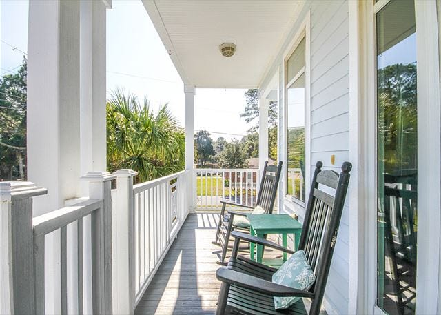 rocking chairs at paula deen's y'all come inn tybee island ga mermaid cottages